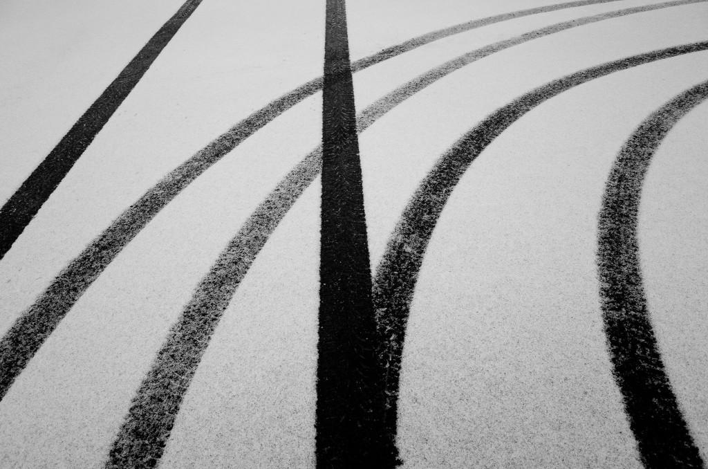 Bandensporen in de sneeuw - Hier zijn winterbanden wel aanbevolen