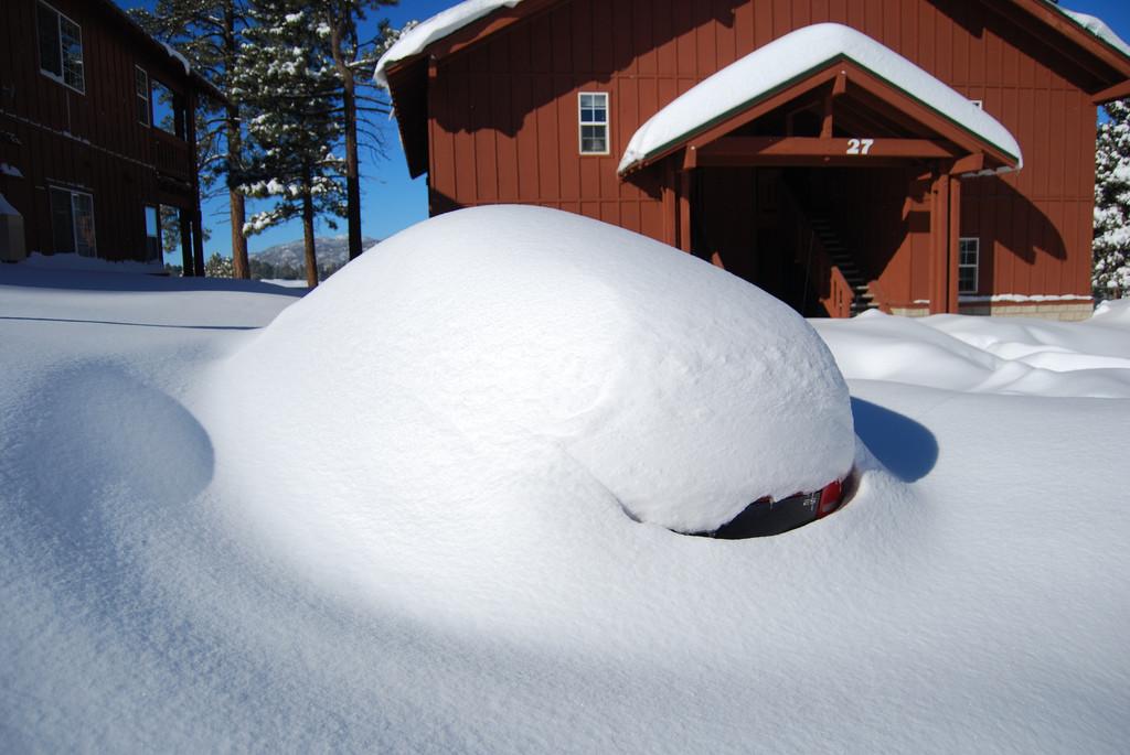Wintersport: ingesneeuwde auto