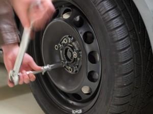 Auto trilt: Banden die uit balans of versleten zijn of niet rond lopen, kunnen ervoor zorgen dat uw auto trilt